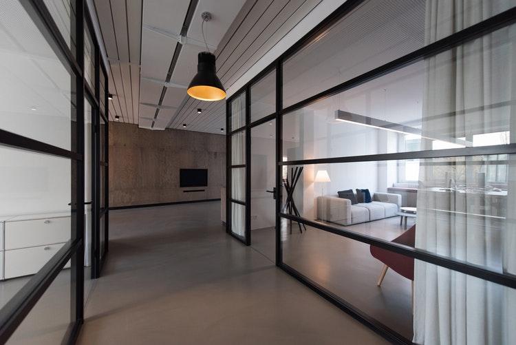 Ufficio Di Design : Pareti vetrate in ufficio: quando il design inganna