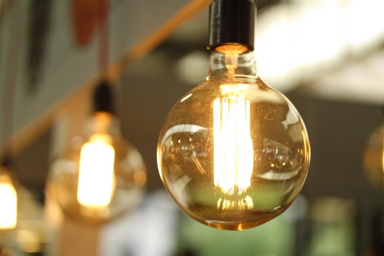 Bollette della luce: rincari nell'autunno 2018 secondo l'ENEA.