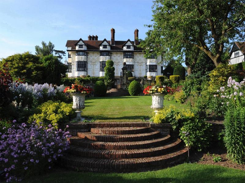 Rod Stewart vende la sua casa a prezzo ribassato.