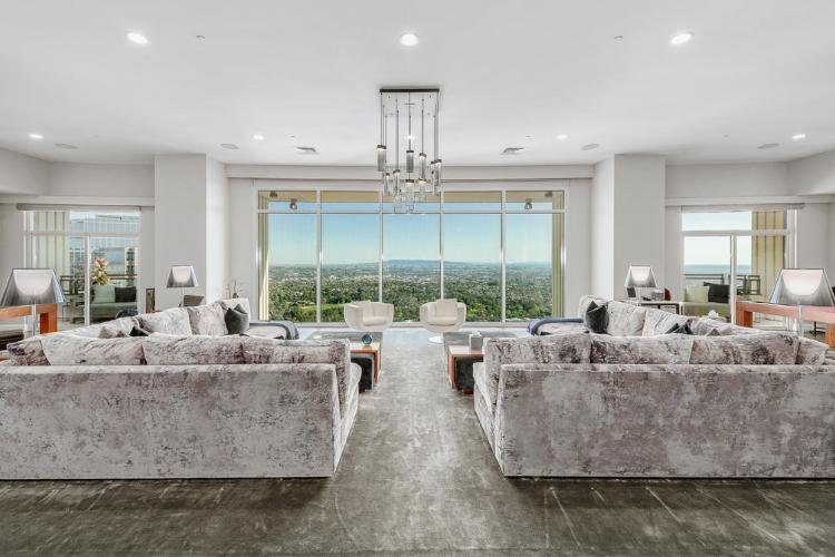 Matthew Perry vende il super attico a Los Angeles.