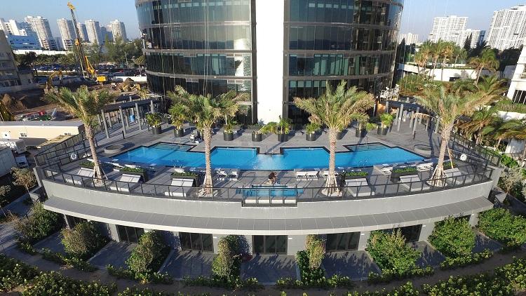 La piscina con vista panoramica della Porsche Tower