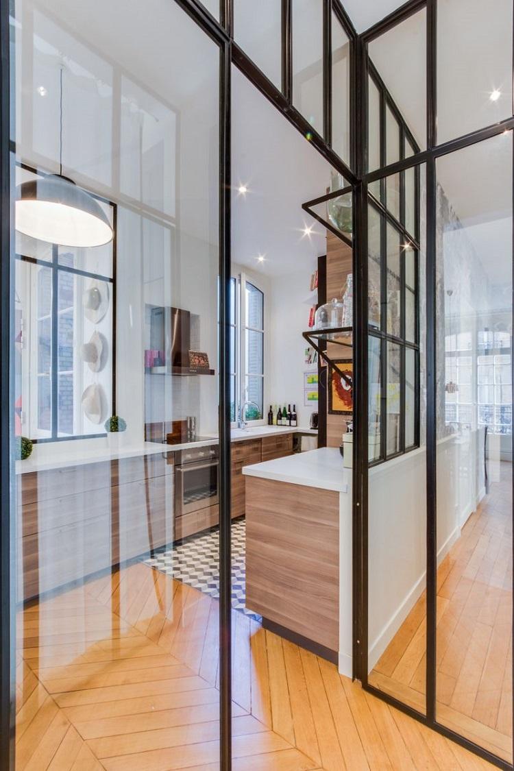 Parete divisoria in vetro tra cucina e living