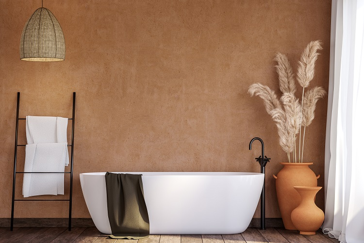 Bagno con pareti color terracotta