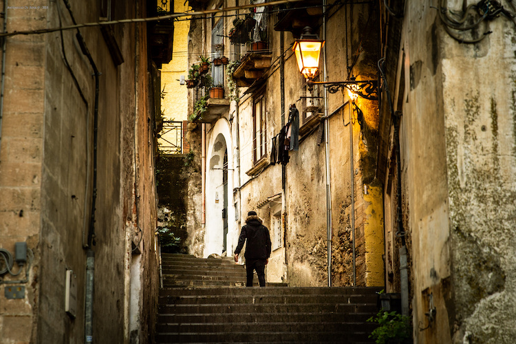 Il vicolo di un piccolo borgo italiano