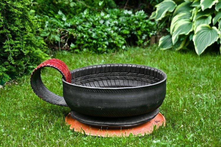 Vaso da giardino realizzato con un vecchio pneumatico