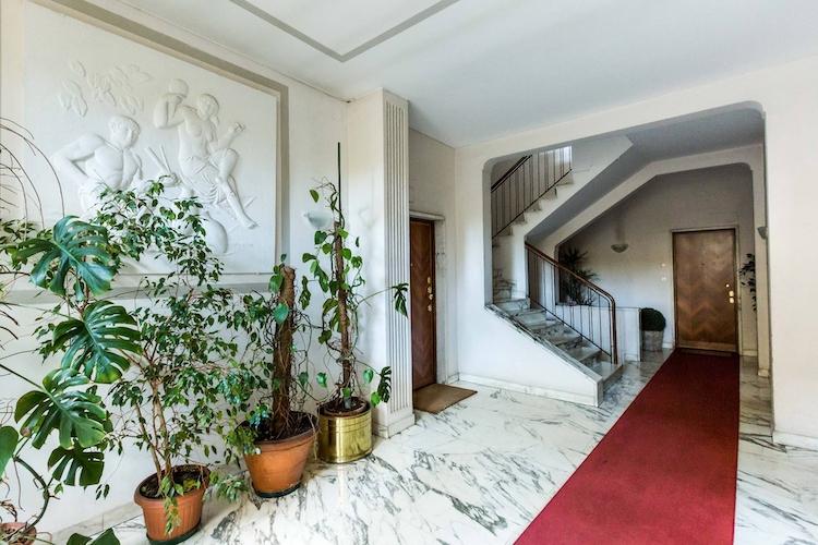 L'ingresso dell'attico che fu di Federico Fellini