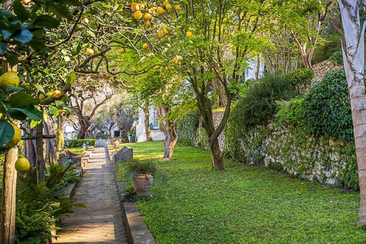 La villa di De Sica a Capri immersa nel verde