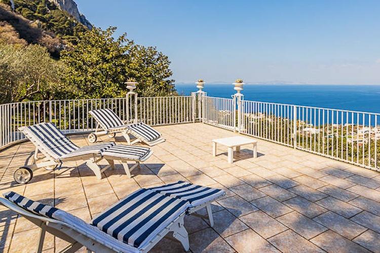 La terrazza panoramica della villa di De Sica a Capri