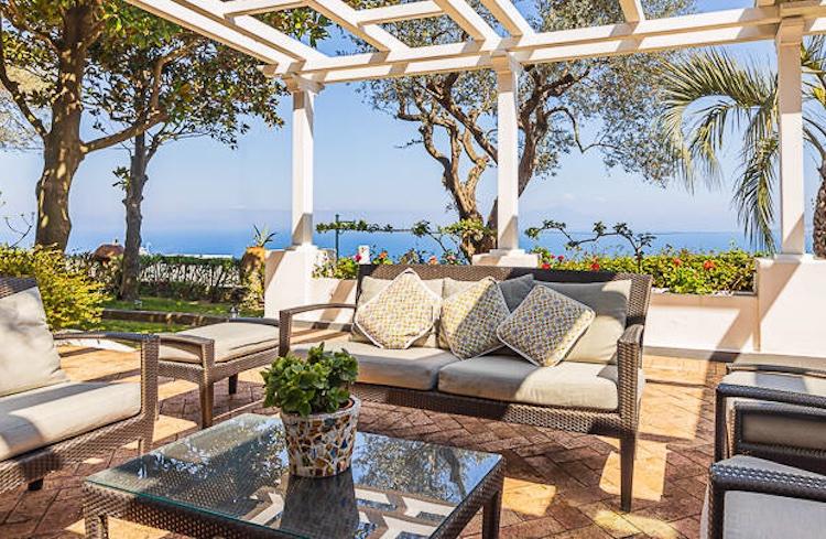 Uno degli splendidi terrazzi della villa di De Sica a Capri