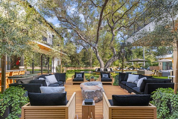 La villa di Joe Jonas e Sophie Turner, il giardino e l'area relax