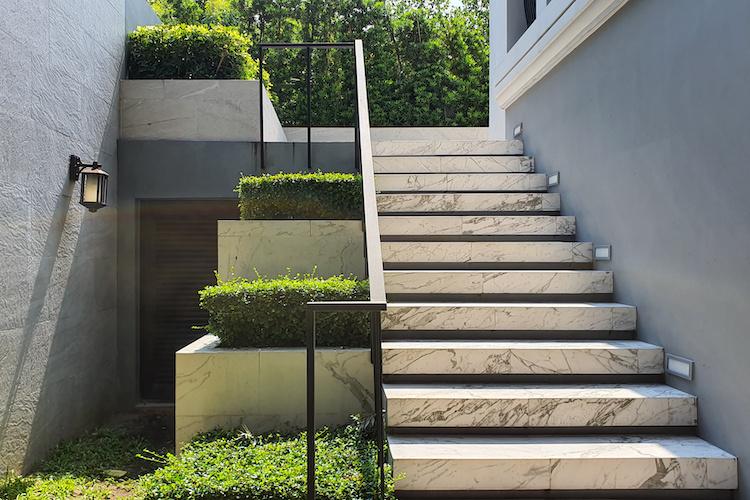 Barriera architettonica in un giardino condominiale