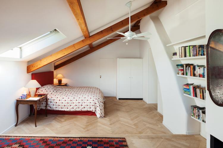 i dettagli di una camera da letto in mansarda